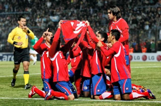 Los jugadores de Costa Rica celebran el triunfo 2-0 sobre Bolivia
