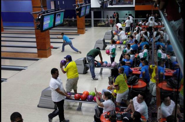 Los cartageneros disfrutan en familia del deporte de los bolos.