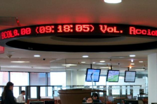 Expertos recomiendan invertir en la Bolsa de Valores.