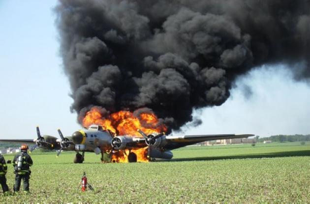 La aeronave estalló en llamas. Sus ocupantes lograron salvarse.