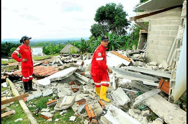 Los bomberos voluntarios de Turbaco remueven los escombros de las casas destruid