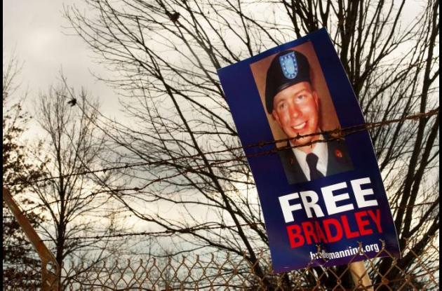 Una pancarta dejada por manifestantes que pedían la liberación del soldado Brad