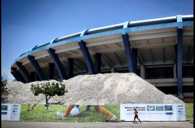 Una pila de rocas retiradas del estadio de Maracaná se encuentra fuera del estad