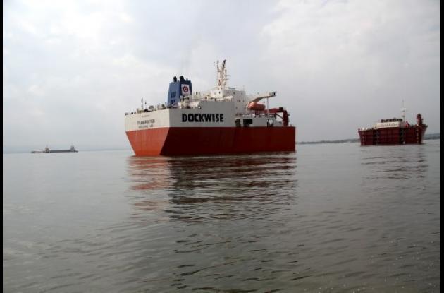 Descargue de buque en la Bahía de Cartagena