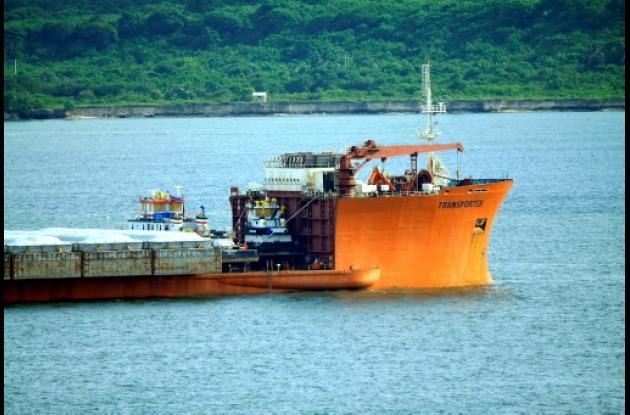 Buque de la empresa holandesa Dockwise en Bahía de Cartagena.