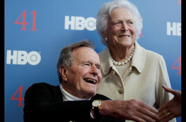 George Herbert Walker Bush junto a su esposa Barbara.