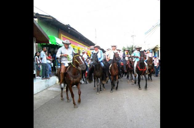 Con la tradicional cabalgata, se inició la fiesta en corraleja en San Juan.