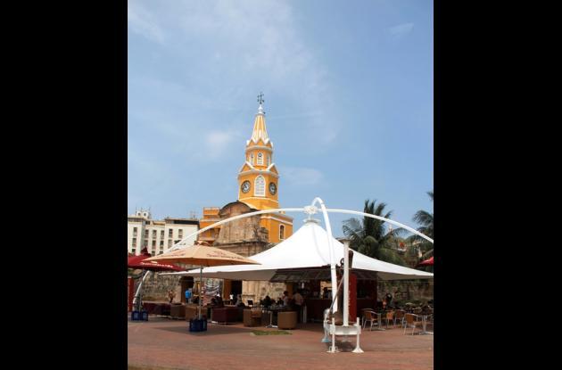 La imponente Torre del Reloj embellece el lugar donde está ubicado el café.