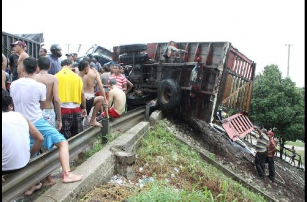 Barranquilla: se estrella camión cargado con ganado