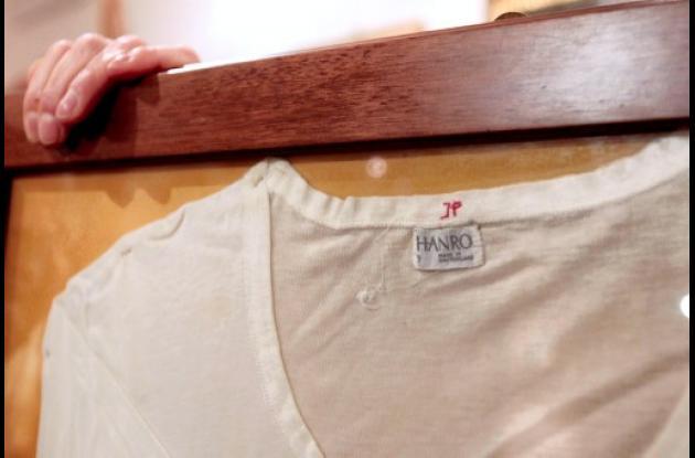 La camiseta que llevaba puesta Juan Pablo II el día del atentado es expuesta en