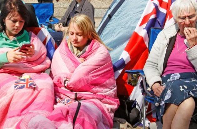 """""""Camping Royal"""" fue llenado de coloridas banderas, y equipado con duchas y baños"""