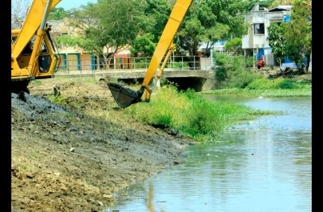 Obras de dragado del Canal Matute, en Las Palmeras.