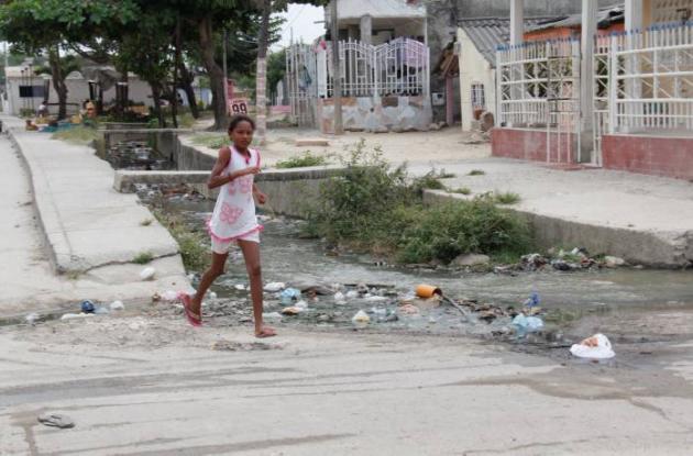 Las aguas negras recorren el canal de aguas lluvias e inunda el sector con malos