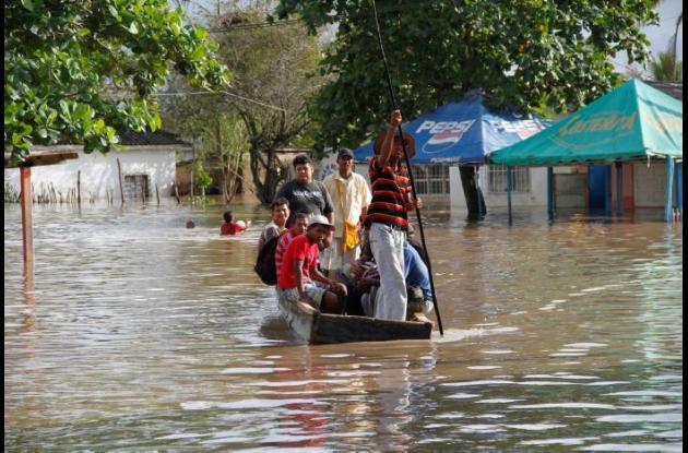 Para poder salir de sus casas, los habitantes deben transportarse en canoas por