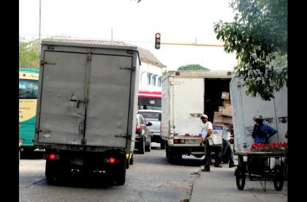 Negocio descarga mercancías en andén.