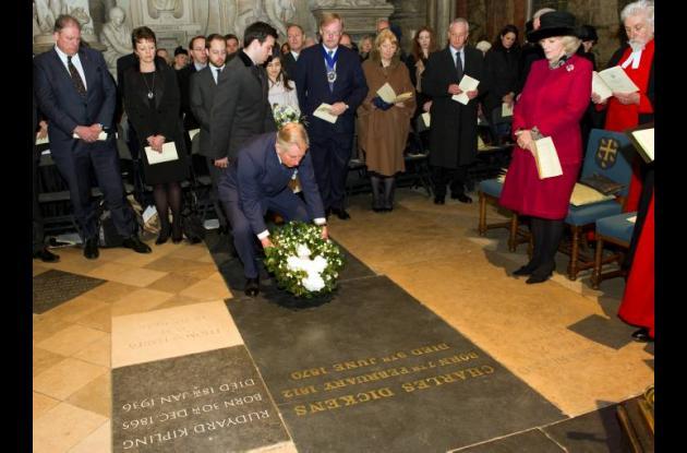 El príncipe Carlos, heredero de la Corona británica, depositó una corona de rosa