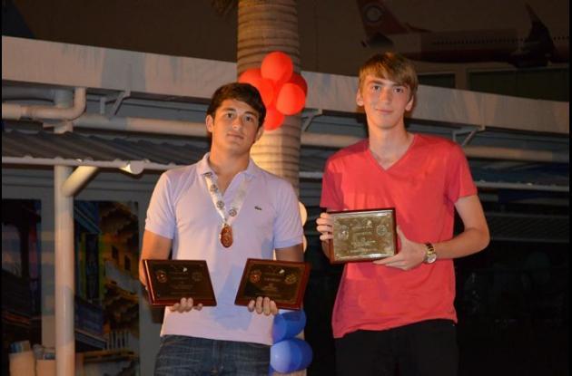 Carlos Duque y Daniel Del Castillo, mejor encestador y Jugador Más Valioso, del Cojowa, campeón del baloncesto masculino.