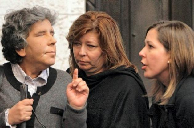 Carolina Pérez, izquierda, habla con su hermana Martha Pérez Rodríguez, centro,