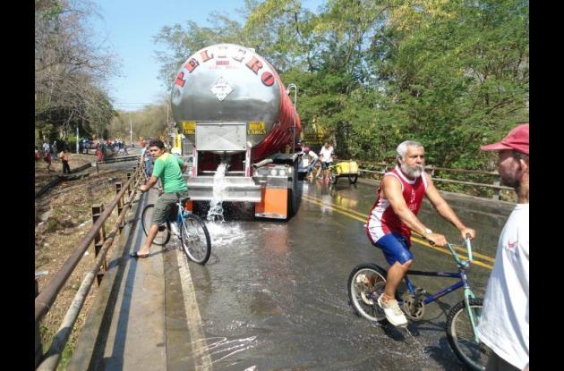 Los protestantes botaron el agua que la empresa Acuecar les mandó en carrotanque