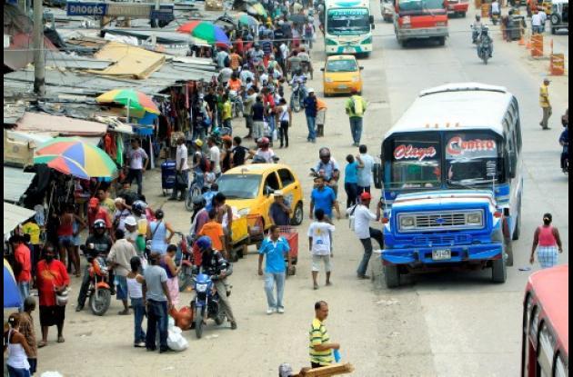 Motos en carril solobús de Bazurto