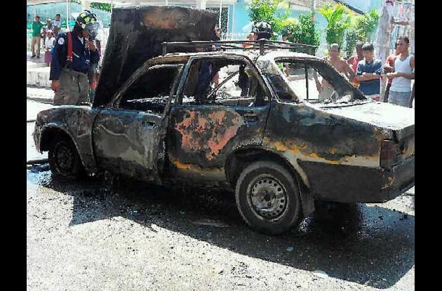 Carro incendiado en barrio Daniel Lemaitre de Cartagena.