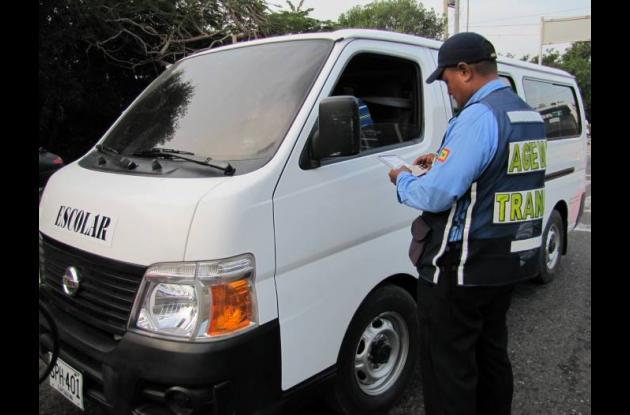 Controles a vehículos de transporte escolar en Cartagena.