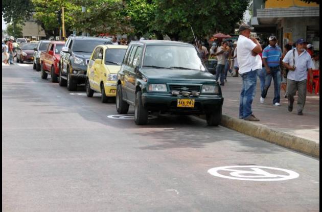 Parqueo de carros en la Avenida Venezuela