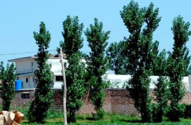 Policías pakistaníes rodean la casa en donde fue abatido Osama bin Laden.
