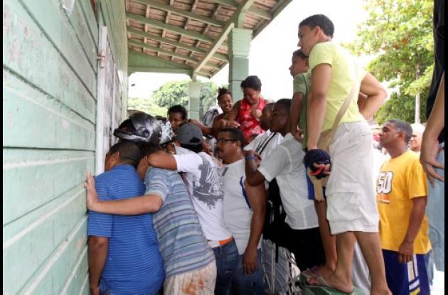 Comunidad entra a casa donde se dice sacrifican perros.