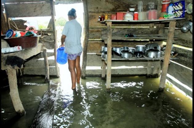La casa la víctima está inundada por or el desbordamiento del Caño de Guataca.