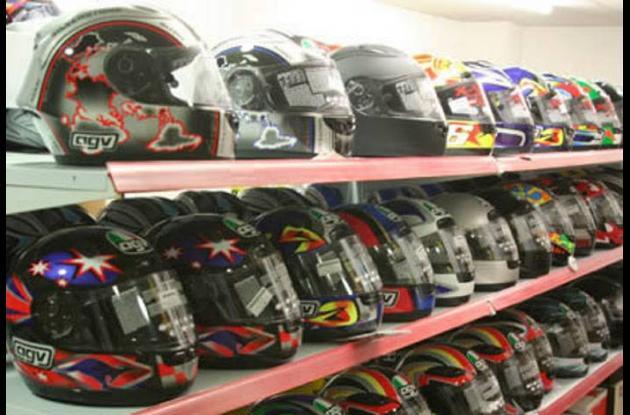 Desde este sábado, las motocicletas serán vendidas con cascos de seguridad.
