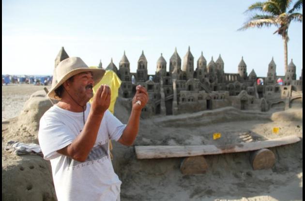 Alonso Gómez y su castillo de arena en las playas de Bocagrande.