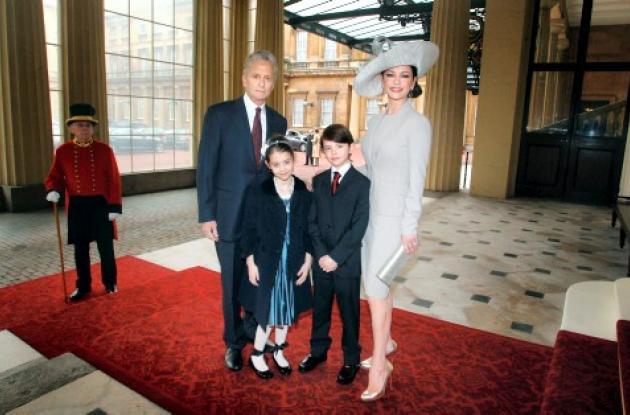 Catherine Zeta Jones fue condecorada por el príncipe Carlos