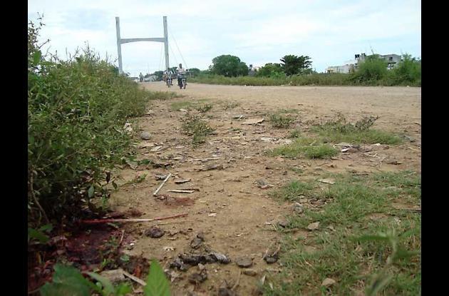 El cuerpo sin vida del sargento quedó tirado en la vía.