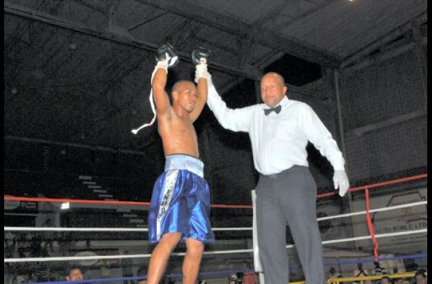 boxeador Anuar Salas, de Córdoba (con los brazos arriba)
