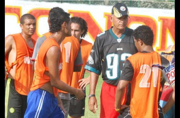 Miguel Angel Converi, técnico argentino, durante los entrenamientos