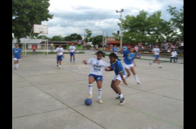 Las damas animan el evento deportivo con las jugadas y los goles