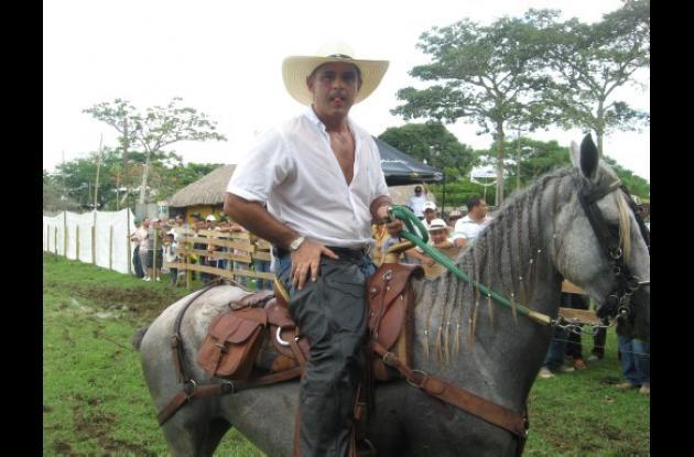 """Julio César Aldana, criador del ejemplar  """"Gallo Giro"""""""