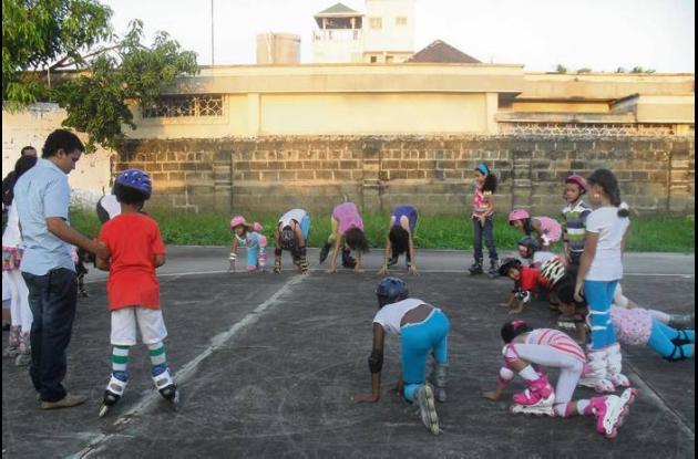 Antes de patinar los menores calientan sus entrenamientos