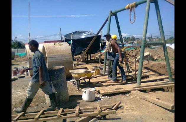 Actualmente más de treinta obreros trabajan en la ejecución del proyecto.