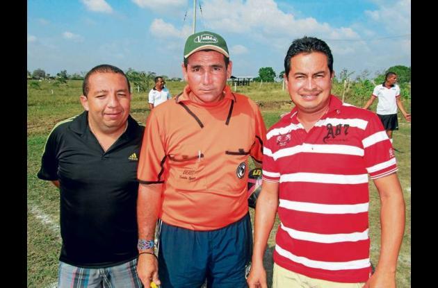 El Gerardo Anaya, homenajeado, con Juan Bula y Anolfo Gutiérrez.