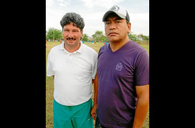 Alfredo Racero,  técnico de la primera D, acompañado por Carlos Cardo