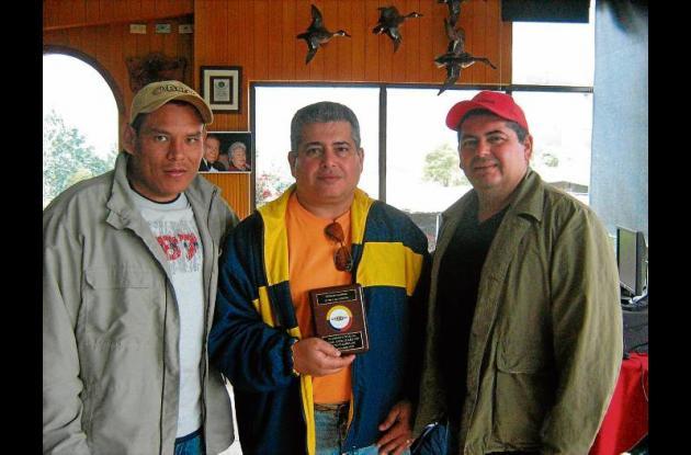 Nicolás Tordecilla Guerra (izquierda) en compañía de los hermanos Óscar y Salim