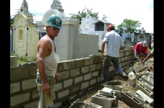 La comunidad construyó una pared en el cementerio con sus propios recursos.
