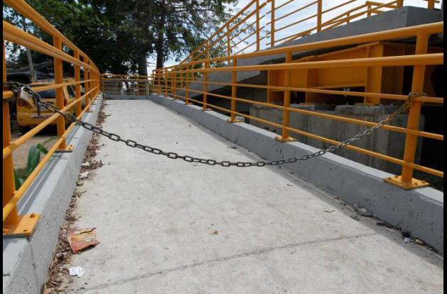 Puente peatonal en Las Palmeras