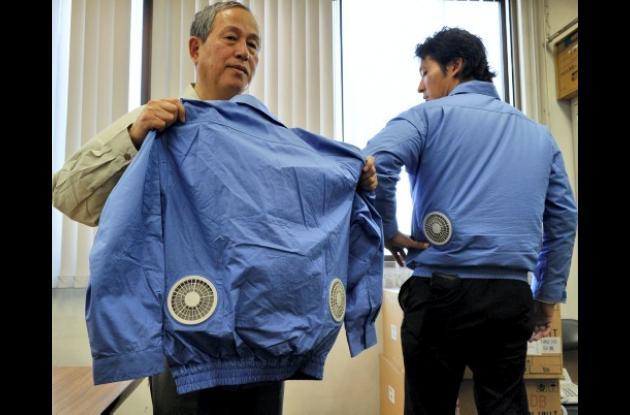 Con chaquetas climatizadas, los japoneses soportan el calor.