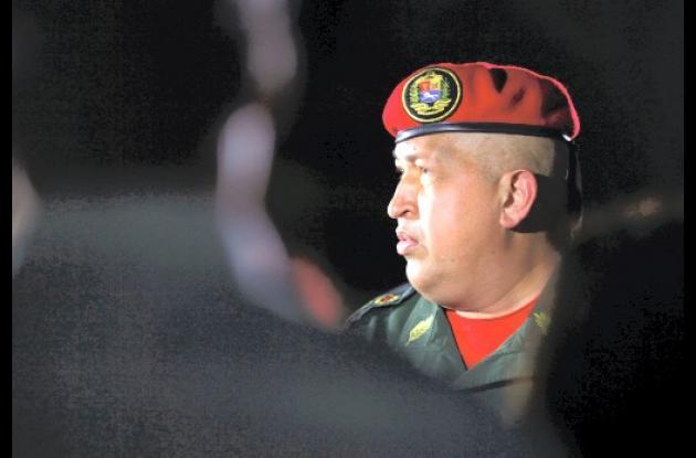 Hugo Chávez dejó La Habana, despedido por el presidente Raúl Castro.