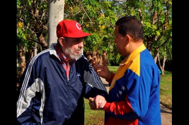 Hugo Chávez y Fidel Castro caminan en un jardín en La Havana.