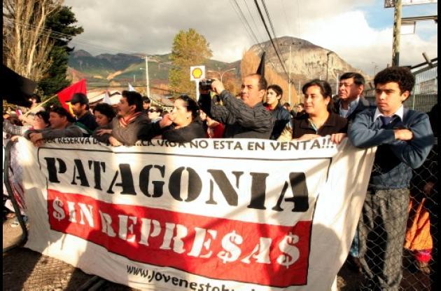 Chile protesta por construcción de hidroeléctricas en la Patagonia.