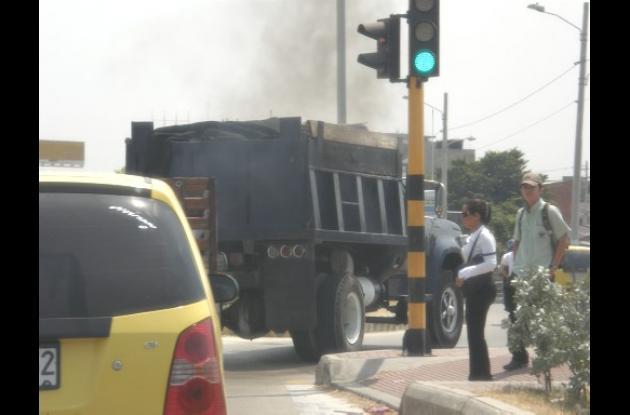Buses y camionetas contaminan el ambiente.